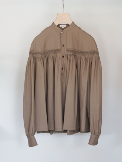 washable wool tropical tuck half placket blouse  camel のサムネイル
